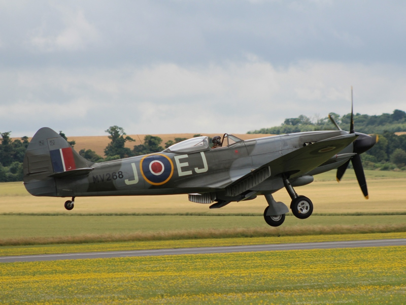 Spitfire Mk.XIV MV293 als MV268 EJ-J op finals (@P. Righart van Gelder)