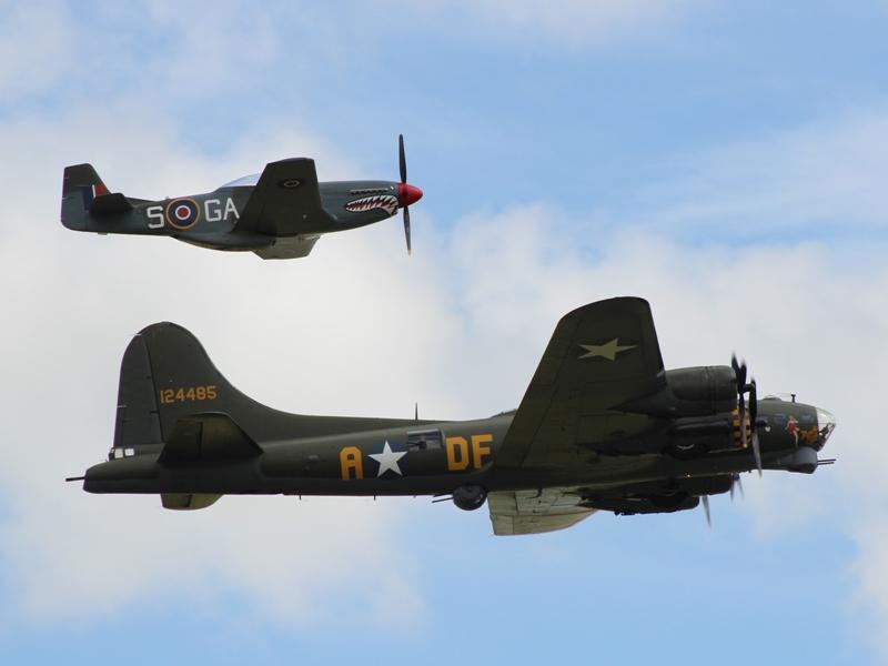 B-17G 44-85784 en P-51D 44-73877 (@P. Righart van Gelder)